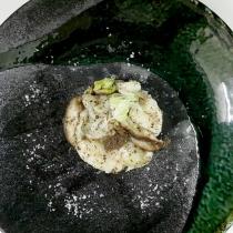 artar de pez mantequilla con shiitake, paté de trufa blanca y aceite confitado de shiitake